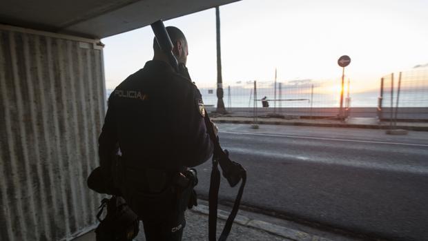 Un agente de la UPR sale de la Comisaría a un servicio este pasado miércoles.