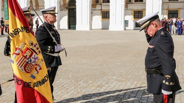 El suboficial mayor Pascual Montero despidiéndose de la Bandera.