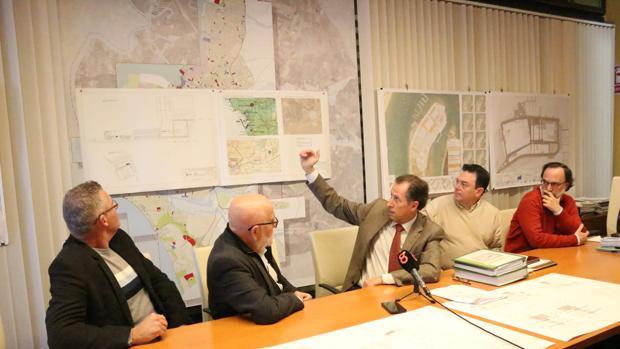 El alcalde de Chiclana enseña los planos del nuevo proyecto.