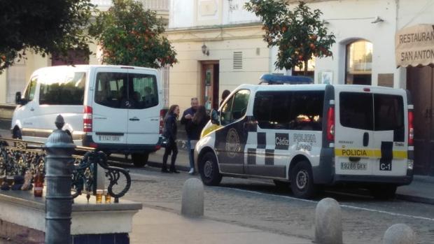 El único furgón patrulla que no está averiado, y delante, el microbús en el que se trasladaron durante la Ostionada los agentes del Grupo Charly.