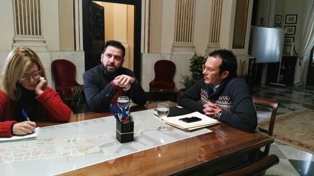 El alcalde, Fran González y Mara Rodríguez (PSOE), durante la reunión.