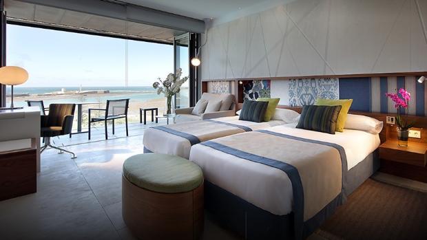 Suite con vistas al Castillo de San Sebastián en el Parador Hotel Atlántico