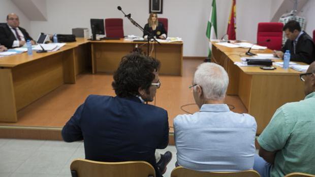 El alcalde de Cádiz, el día del juicio, sentado en el banquillo.
