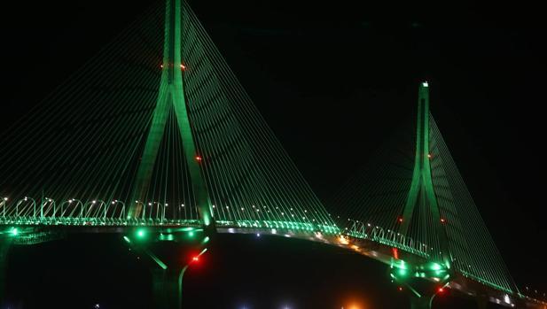 El Segundo Puente iluminado de verde.