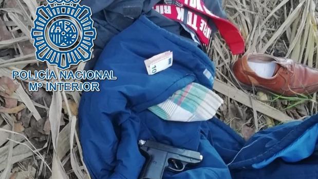 La ropa del ladrón junto con parte del dinero atracado y la pistola de fogueo usada