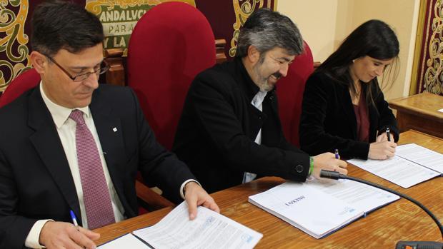 El alcalde de Coria del Río, Modesto González (centro), durante la firma del contrato de limpieza con Ferrovial