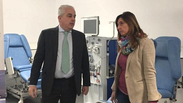 El consejero delegado de Avericum, Javier Artiles y la delegada del Estado en la Zona Franca, Victoria Rodríguez, durante la visita a la clínica.