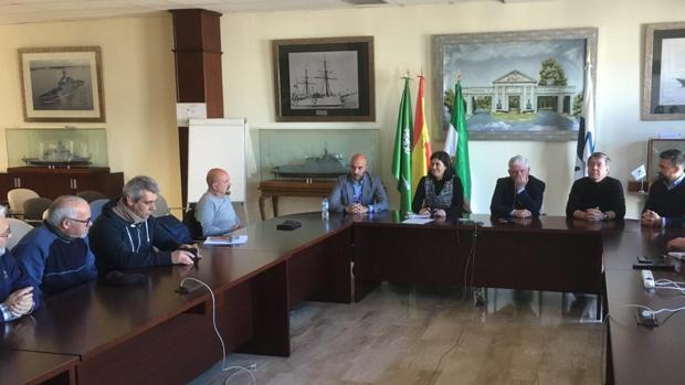 Momento de la reunión entre la responsable del área de Reparaciones de Navantia y representantes del astillero de San Fernando