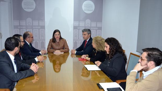 Reunión de la alcaldesa con el Consejo para la firma de un convenio.