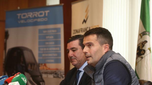 Iván Contreras, CEO de Torrot, durante la firma del contrato de alquiler con Zona Franca de la nave de Altadis