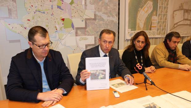 El alcalde con los documentos para la regularización.