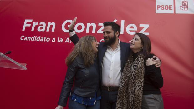 Fran González, entre Irene García y Adriana Lastra.