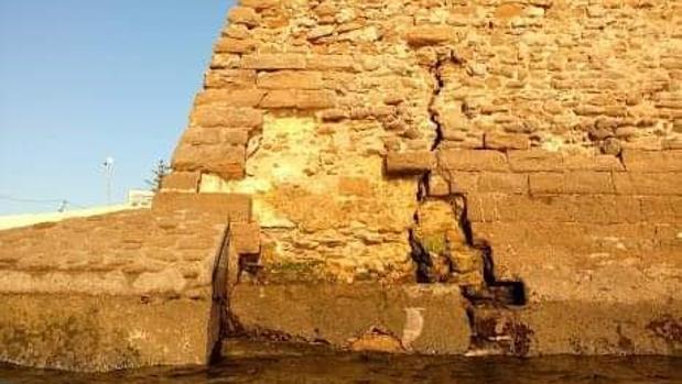 La muralla del castillo de Santa Catalina presenta algunas grietas.