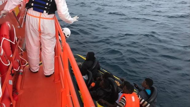 Salvamento Marítimo ha rescatado a un total de doce personas.
