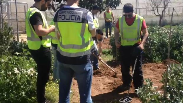 Los agentes tuvieron que buscar en la finca una de las armas utilizadas.