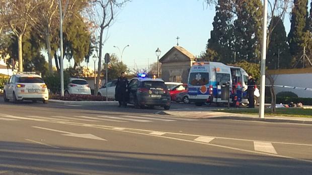 Policías y médicos en el momento de atender al fallecido