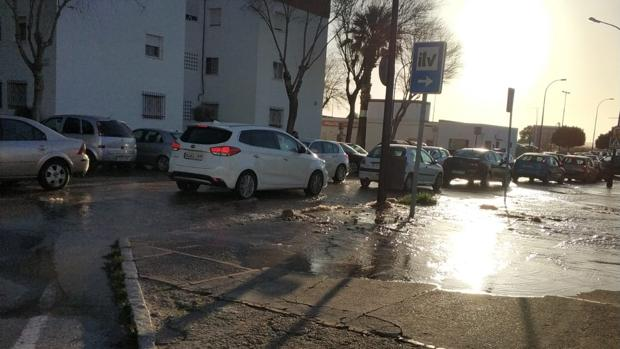 Imagen del agua inundando la acera y la carretera.