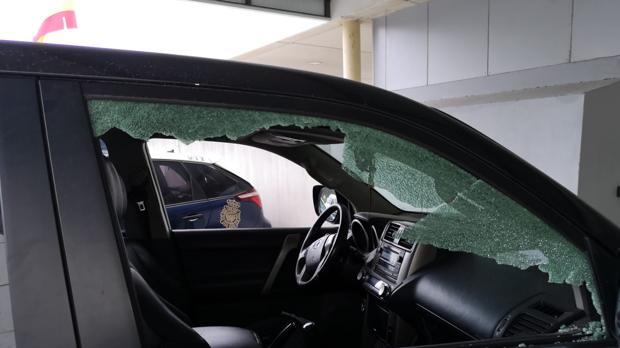 Los agentes tuvieron que romper la ventanilla del coche para detener al sospechoso.