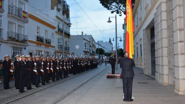 Imagen de archivo de un arriado solemne de bandera.