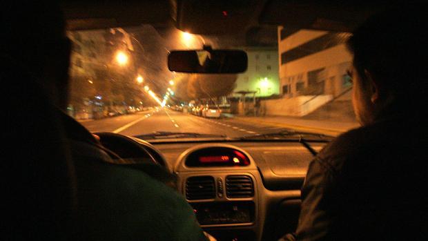 Unos agentes de la Policía Nacional patrullan las calles de Cádiz de madrugada.