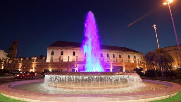 La fuente de la plaza de Sevilla con el nuevo exorno.