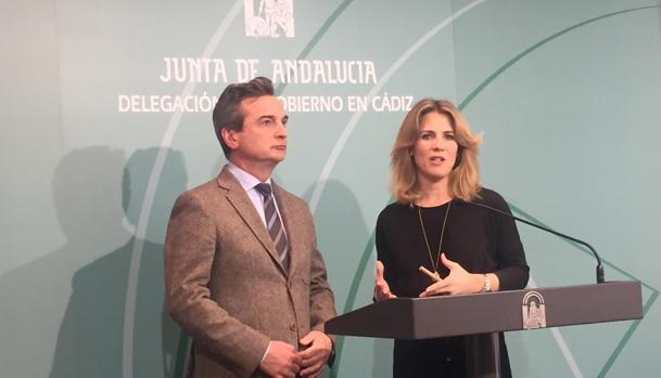 El rector de la UCA y la delegada de la Junta en Cádiz durante su comparecencia ante los medios de comunicación.