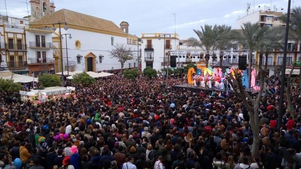 La plaza del Altozano de Utrera se llena de personas para disfrutar de los carnavales