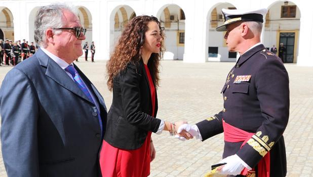 Momento en que Verónica Sánchez recibe la distinción.