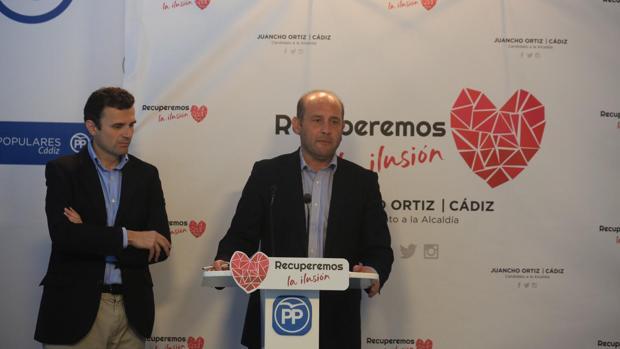 Juancho Ortiz, junto con el coordinador de la campaña, Bruno García.