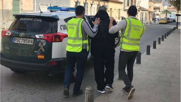 La Guardia Civil detiene a dos encapuchados que intentaron robar con violencia en un hotel de Gines