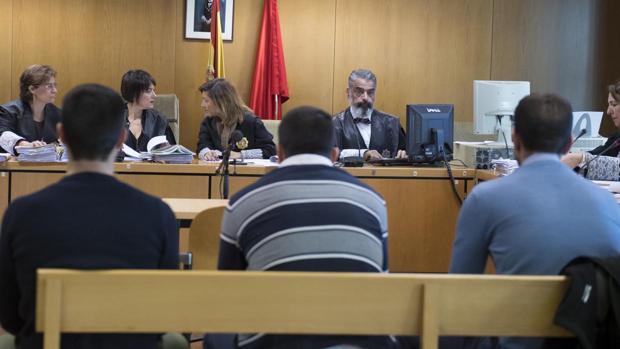 Los tres condenados por la agresión a la joven de Madrid, en el banquillo de los acusados durante la vista.