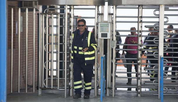 Salida de trabajadores del astillero de Puerto Real del turno de mañana