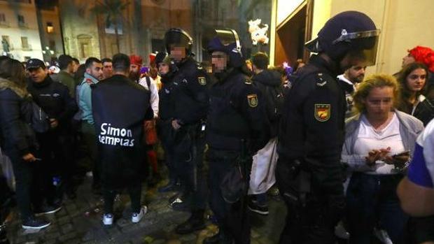 La Policía Nacional, durante los controles el pasado sábado de Carnaval en Cádiz.