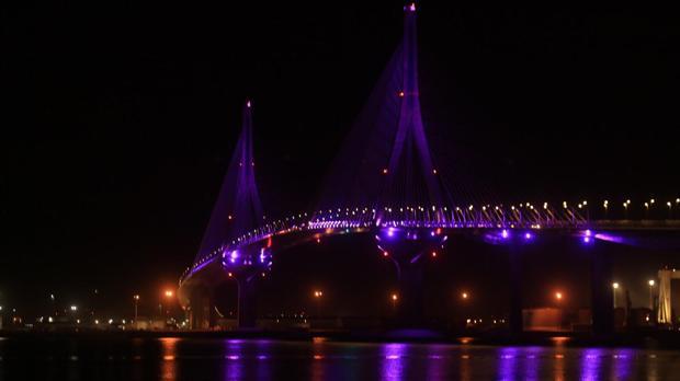 El segundo puente, iluminado.