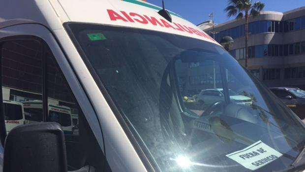 """Algunas ambulancia están en el parking de Zona Franca con el cartel de """"fuera de servicio"""""""