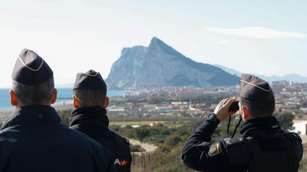 Policías vigilan la llegada de la droga al Campo de Gibraltar.