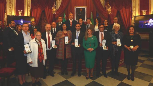 Los premiados, junto a la presidenta de la Diputación de Cádiz, al término de la ceremonia.