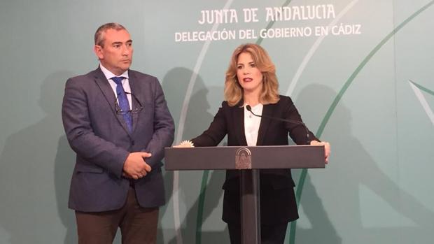 El delegado de Igualdad y Servicios Sociales y la delegada de la Junta en Cádiz durante la rueda de prensa.