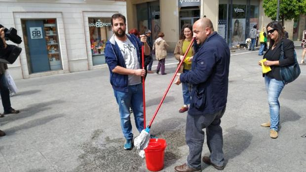 Los miembros de Adelante Jerez, limpiando las calles.