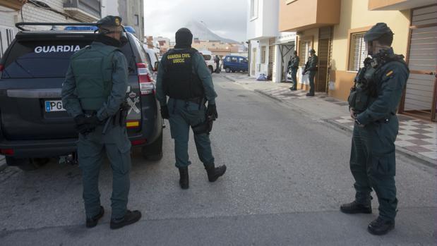 La Guardia Civil, en una operación en La Línea contra el narcotráfico.