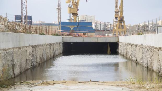 El túnel de acceso a la terminal, inundado