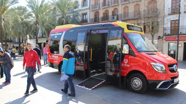Los ciudadanos ya han podido conocer el nuevo autobús de Utrera en la plaza del Altozano