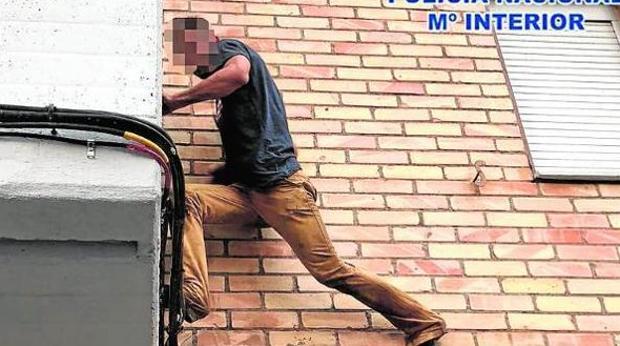 La Guardia Civil ha detenido a una persona que robó mediante el método de escalo en Villamanrique de la Condesa
