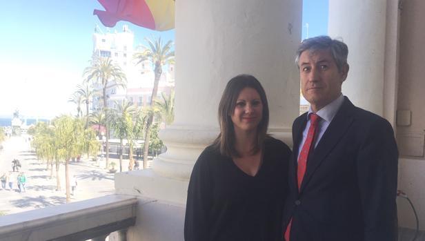 Juan Manuel Pérez Dorao y María Fernández-Trujillo en el balcón del Ayuntamiento.