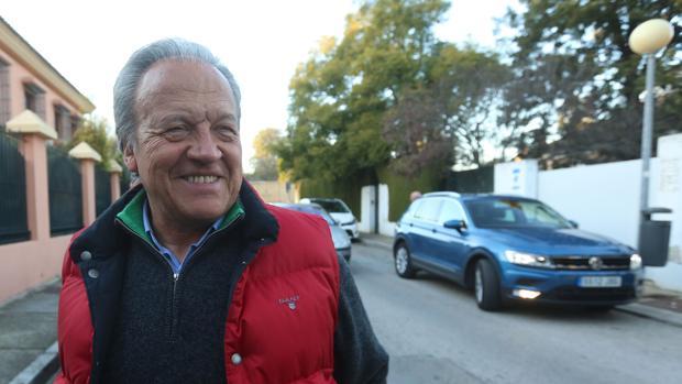 Pedro Pacheco, en la puerta de su casa en una de sus escasas salidas de prisión.
