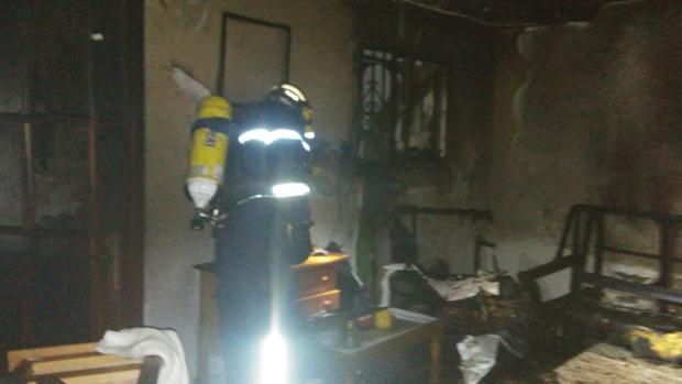 Los bomberos intervienen en esta vivienda en Doña Blanca, en El Puerto de Santa María.