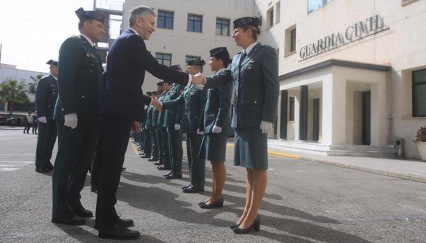 El ministro del Interior durante su visita a la Comandancia de la Guardia Civil de Cádiz.