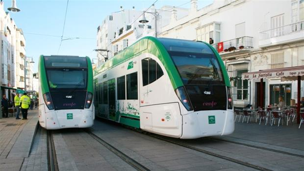 Imagen de los vehículos a su paso por la ciudad.