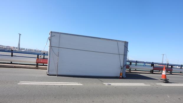 El contenedor de las lavadoras, en el Puente Carranza.