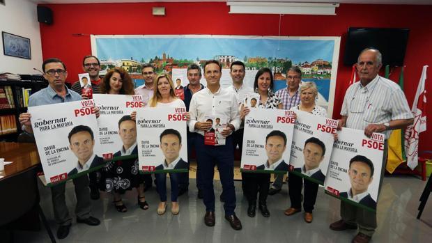 El alcalde y su equipo, el día de la presentación de la campaña en 2015.